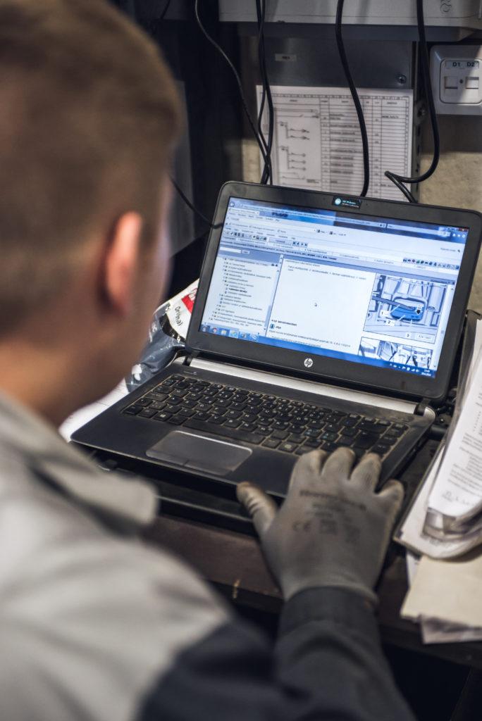 Automekaanikko, Aki Tuimala, tarkastelee asiakkaan auton tietoja testerin avulla