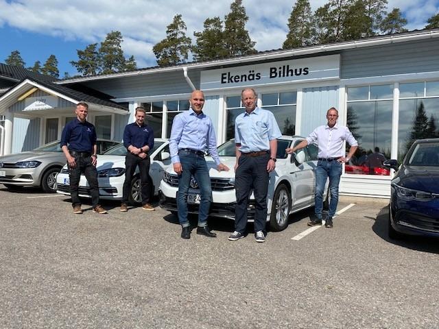 Ekenäs Bilhusin vetovastuussa oleva miehistö sekä BN Bilservicen pitkäaikainen yrittäjä Bertel Niemi