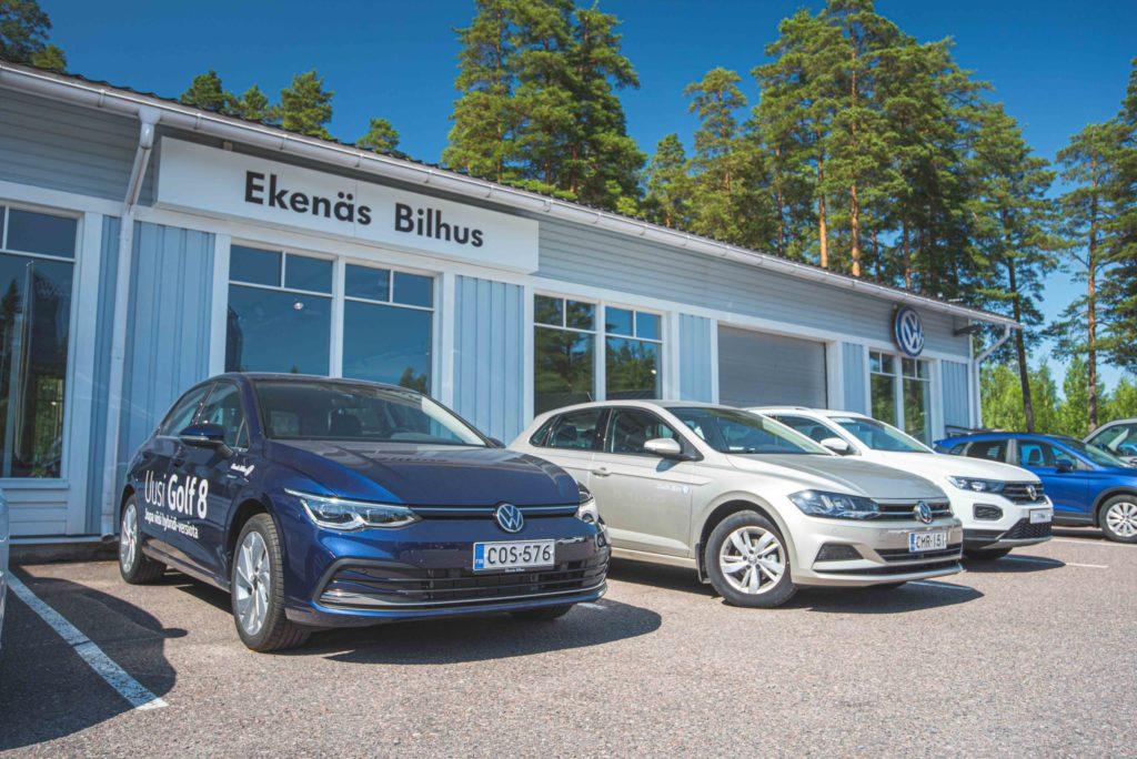 Uusia Volkswageneita Ekenes Bilhusin etupihalla