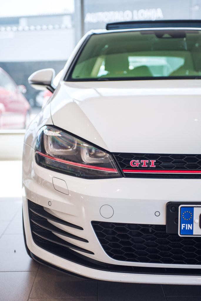 Hyväkuntoinen käytetty Volkswagen Golf 7 GTI näyttelyhallissa
