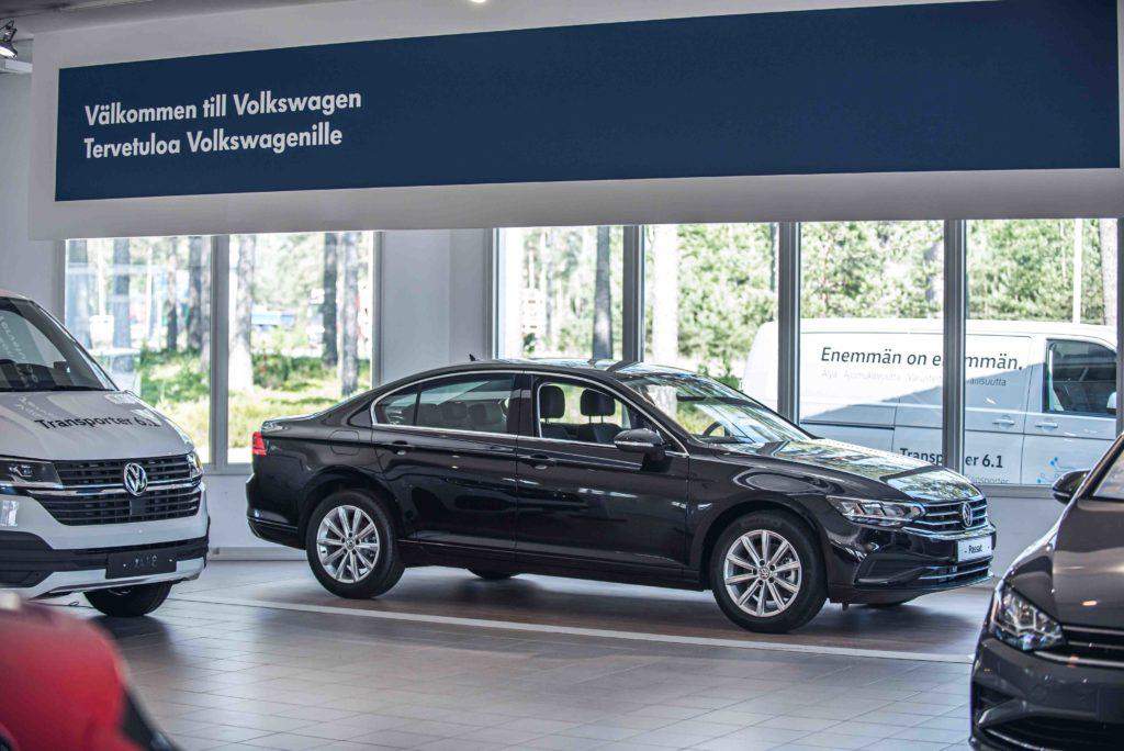 Uusi Volkswagen Passat näyttelyhallissa