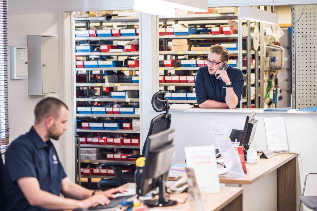 Huoltoneuvoja, Andreas Impola, ja korjaamopäällikkö, Tommy Ljunggren, työssään