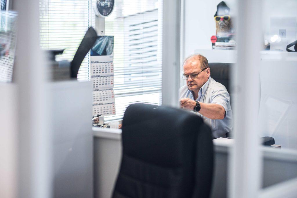 Automyyjä Jörgen Wiberg työpisteellään
